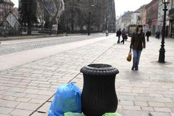 Vrecia s odpadom priamo na Hlavnej. Podľa prevádzkovateľov v centre pribúdajú aj vďaka zrušeniu triedenia.