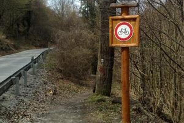 Zákaz vjazdu cyklistom. Vyznavači dvoch kolies by už po modrej značke z Čermeľa na Alpínku jazdiť nemali...