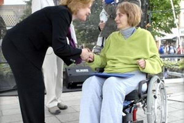 Jedna z ocenených mám. Kataríne Štulrajterovej zablahoželala aj Magda Vášáryová. Ako 16-ročná ostala po dopravnej nehode na invalidnom vozíku, má syna, vďaka jej aktivite sa vytvorilo nové bezbariérové centrum pre rodiny s postihnutými deťmi.