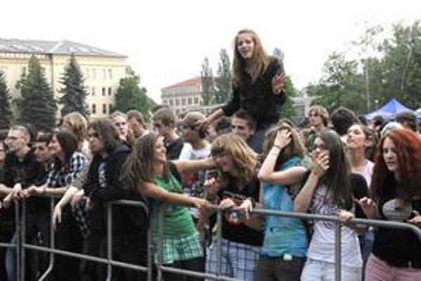 Nadšené publikum. Študentov prilákala dobrá muzika v hojnom počte.