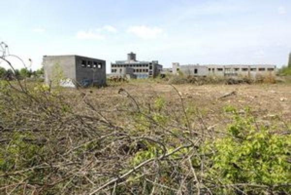 Areál bývalého mäsokombinátu. V marci na pozemku došlo k rozsiahlemu výrubu drevín pre budúcu výstavbu.