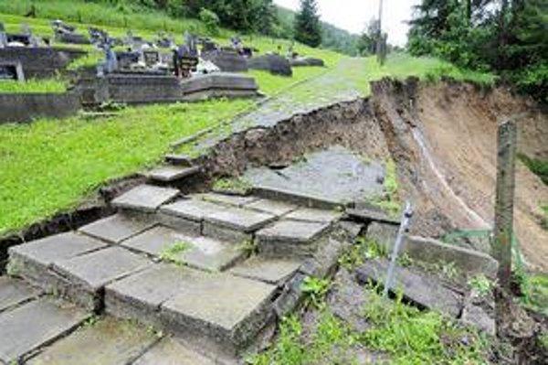 Ohrozený cintorín. Na železničnú trať úseku Košice - Margecany sa v piatok čiastočne zosunul svah v Malej Lodine.