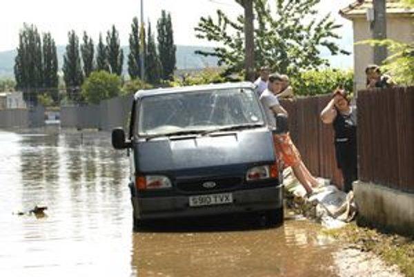 Čaňa stále pod vodou. Nešťastní ľudia čakajú, kedy zmizne, a potom ich čaká veľké upratovanie a opravy domu.