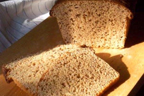 Tí starší určite nezabudnú na to, ako každý týždeň piekli doma ich rodičia chlieb na sedem dní vopred. Dnes je pohodlnejšie siahnuť po bochníku zo supermarketu. Nezmeníme to?