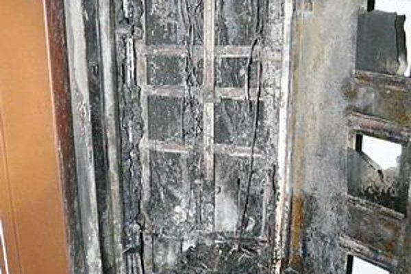 Elektroinštalácia vyhorela. Elektromery, káble elektriny či televízie sa roztavili.