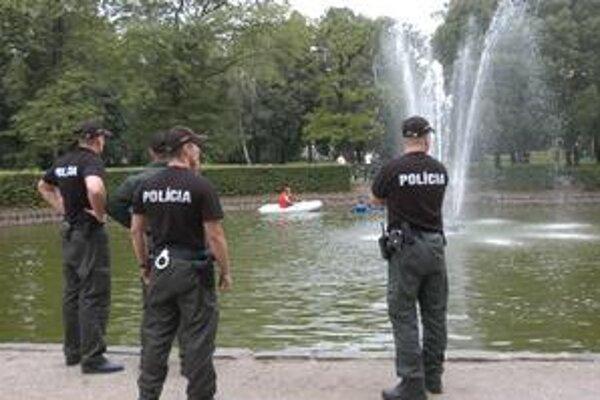 Pátranie v parku. Chlapca najprv hľadala rodina, potom policajti a nakoniec hasiči.