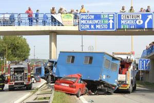 Tragická nehoda. Výsledkom je mŕtva žena a štyria zranení.