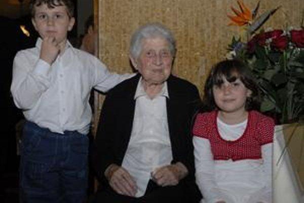 Storočná Etela Pilecká. Tešila sa s najmladšími pravnúčatkami Filipkom a Maťkou.