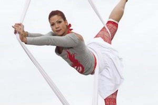 Cvičenie visiaceho človeka na šáloch sa nazýva vzdušný tanec.