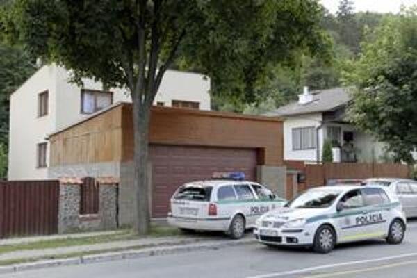 Polícia v sídle firmy. Na Čermeľskej blízko exprezidenta Schustera si Nora Mojsejová kúpila dom na podnikanie. Má v ňom aj krajčírsky salón.