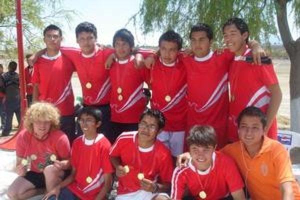 Adam (vľavo dole) a jeho futbalové mužstvo, s ktorým vyhral medziškolský turnaj.