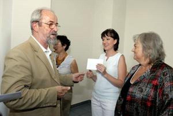 Ocenené. Za svoje články boli ocenené aj naša stála dopisovateľka Eva Bombova (vparvo) i redaktorka Korzára Aďa Tomáschová (druhá sprava).