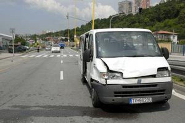Dodávka na mieste nehody. Polícia dopravu odkláňala cez Priemyselnú ulicu.
