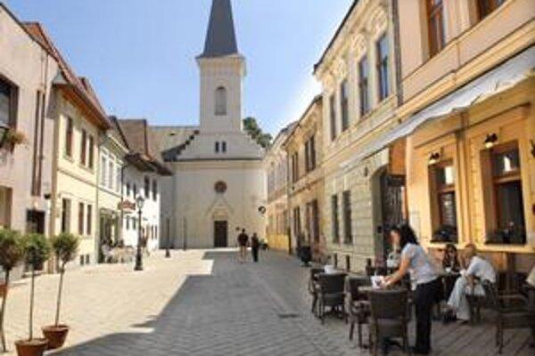 Známe staromestské námestie. Ponesie meno reformátora Jána Kalvína.