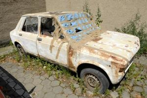 """Fiat z roku 1977. Na parkovisku stojí už osem rokov, majiteľ sa ho nechce vzdať. Hľadá preň """"dôstojné miesto"""" a dúfa, že z neho bude pekný veterán."""