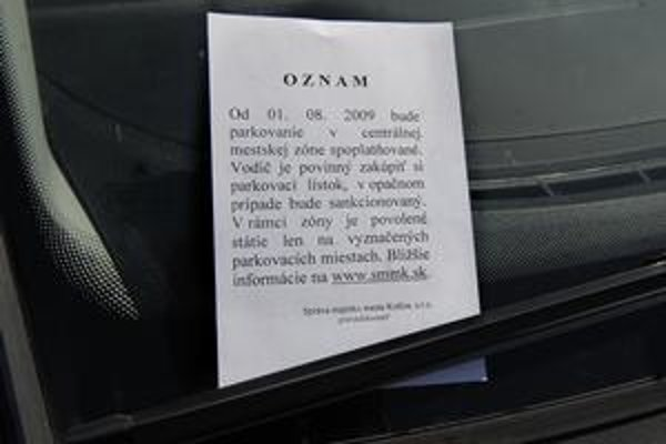 Letáky za stieračmi. Takáto informácia vodičov veľmi nepoteší, ale bezplatné parkovanie v meste sa končí.