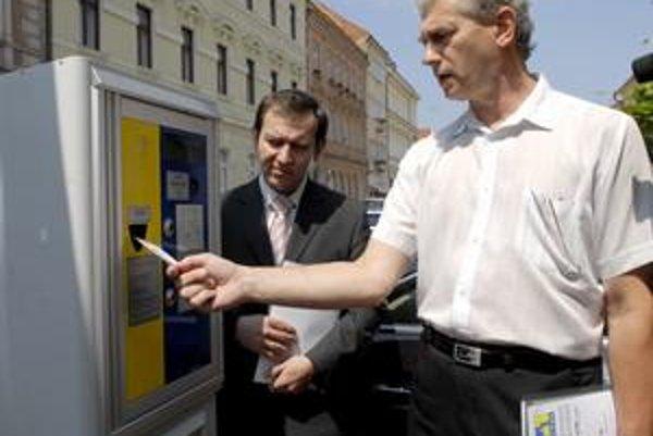 Automaty už fungujú. Jeden z 59 parkovacích automatov si včera vyskúšali Jozef Filipko z magistrátu a Štefan Rychnavský z SMMK.