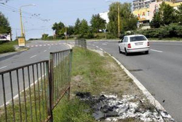 Miesto nehody. Podobne zničených častí zábradlia autami je na tejto ceste viac.