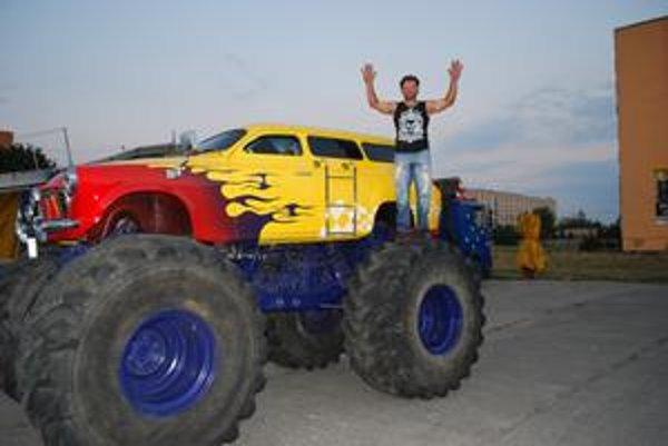 Emil Chaloupka na vlastnoručne zostrojenom Monster Trucku
