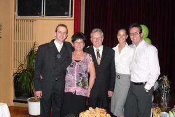 Rodinné foto - sprava syn Slavomír s priateľkou, Gejza Szabados, manželka Vierka a syn Tomáš.
