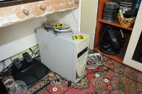 Dôkazy. Polícia zaistila stovky nosičov i počítače.