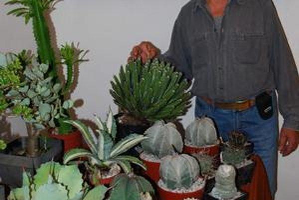 """Ján Dusko má 62 rokov a kaktusom sa venuje od detstva. """"Ešte ako malý chlapec som dostal jednu rastlinku. Zapáčila sa mi, kvitla v noci a stále som sa čudoval, ako je možné, že nemá žiadne listy,"""" spomína."""
