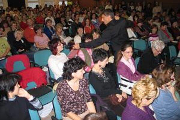 MUDr. Vladimír Savčenko zvykne na svojich prednáškach spolupracovať s publikom.
