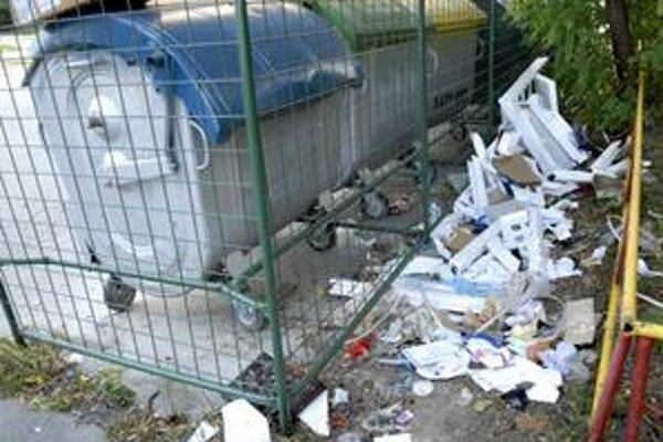 Kontajnery. Okolo nich sa každý týždeň vytvárajú skládky. Odpad rozhadzujú i neprispôsobiví občania, ktorí si ich často mýlia so supermarketom.