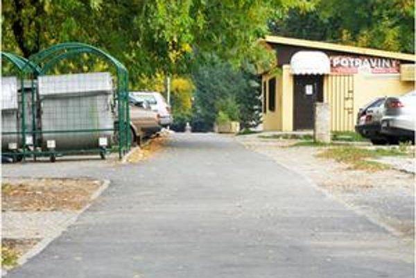 Chodník na Dneperskej. Spolu s ďalšími dvomi dostal nový kryt.