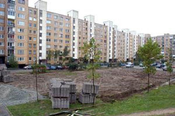 Varšavská ulica. Onedlho tu bude môcť parkovať 40 áut, minimálna zeleň zmizne.
