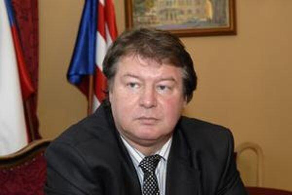 Starosta Ľubomír Grega (SDKÚ-DS). Nevylúčil, že krytú plaváreň odstúpia mestu.