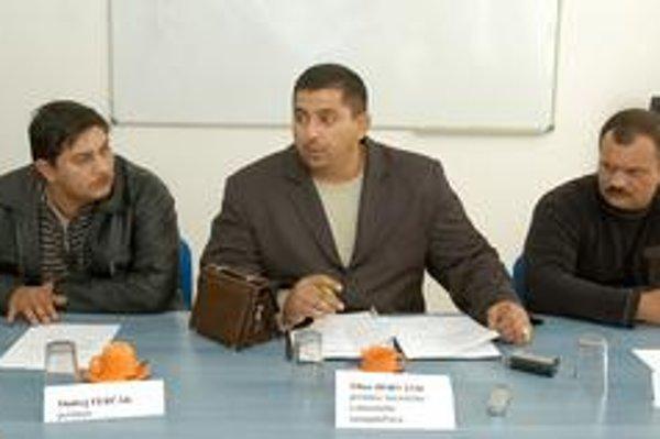 Tlačová konferencia. Takto netradične včera oznamovali rómski poslanci zmeny na Luniku IX.