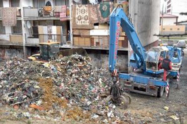 Za bytovkami sa nahromadilo nepredstaviteľné množstvo odpadu.