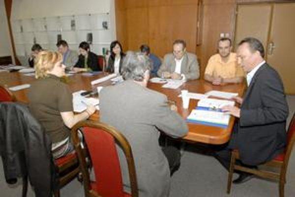 """""""Problémová"""" komisia. Šéf protikrízovej komisie Eduard Buraš (za vrchom stola) považuje jej rokovanie za neverejné. Radnica si myslí opak."""