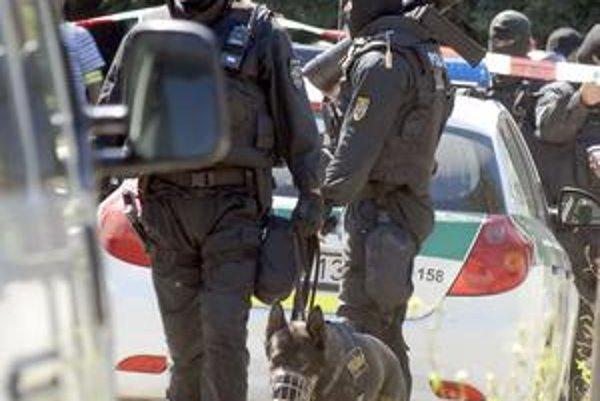 Pri zadržaní Franiška H. vlani v lete zasahovali aj policajti z pohotovostného útvaru. Muž sa totiž po útoku zabarikádoval v dome.