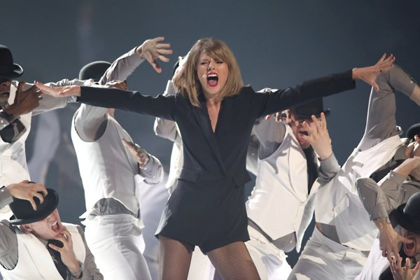 Speváčka Taylor Swift počas vystúpenia