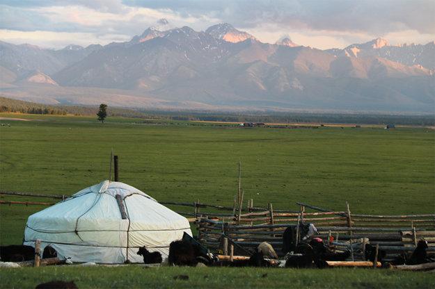 Jurta v typickej mongolskej krajine.