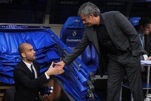 Pep Guardiola (vľavo) a José Mourinho budú súperiť aj v Anglicku.