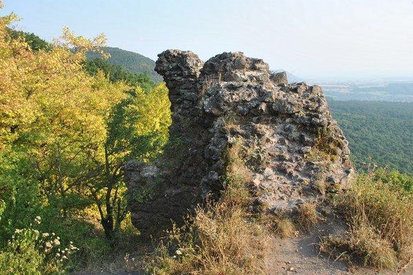 Časť zrúcanín zbojníckeho hradu.