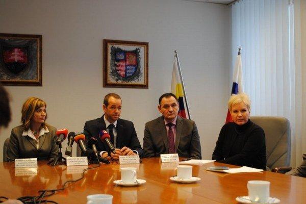 Zástupcovia rezortu dopravy a samosprávy. Deklarovali, že kruhový objazd pri ZVL koncom roka dokončia.