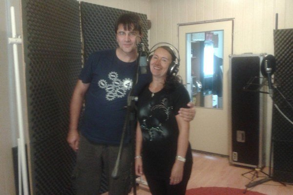 Z nahrávania. V štúdiu sa vystriedalo viacero umelcov.