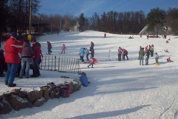 Stredisko Sigord. Na svahoch už takmer nie je sneh, ale ľudia areál navštevujú.