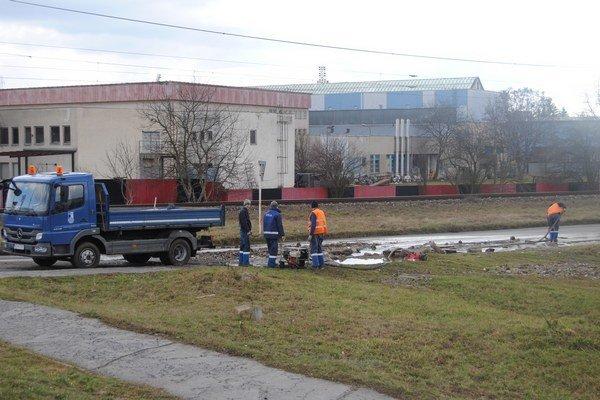 Havária na potrubí pri dopravnom ihrisku.