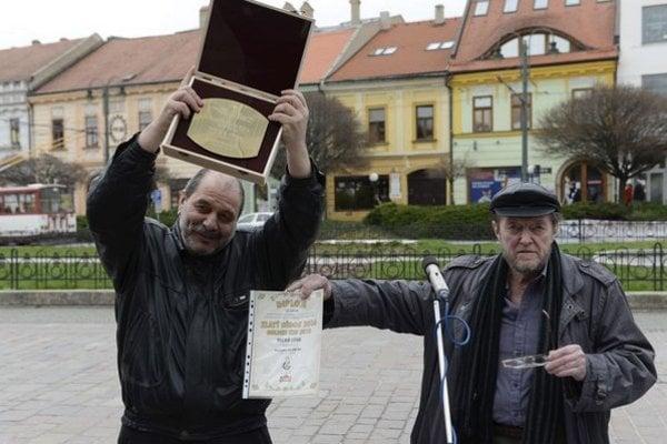 Zľava ukrajinský karikaturista Konstantin Kazanchev s cenou Gand Prix a organizátor a karikaturista Fedor Vico.
