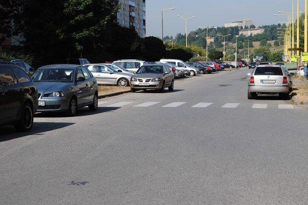 Sekčov. Problém zaparkovať je rovnaký v pracovných dňoch aj cez víkendy.