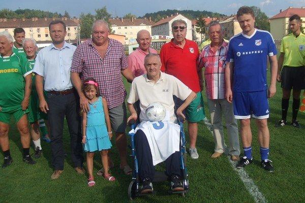 Miroslav Labun s futbalovými priateľmi v Snine.