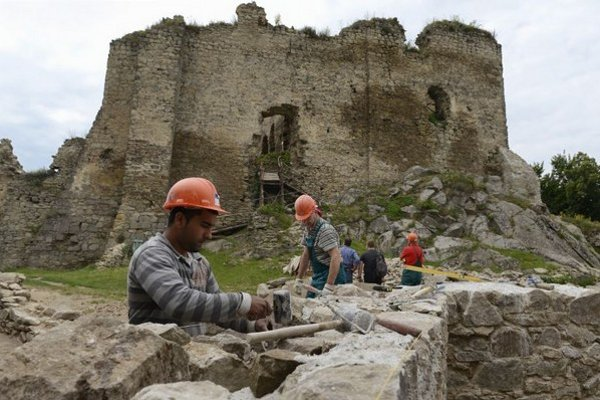 Práce na Kapušianskom hrade.