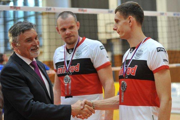 Odovzdávanie medailí striebornému tímu. Zľava Ľ. Halanda, M. Červeň aJ. Peleščák.