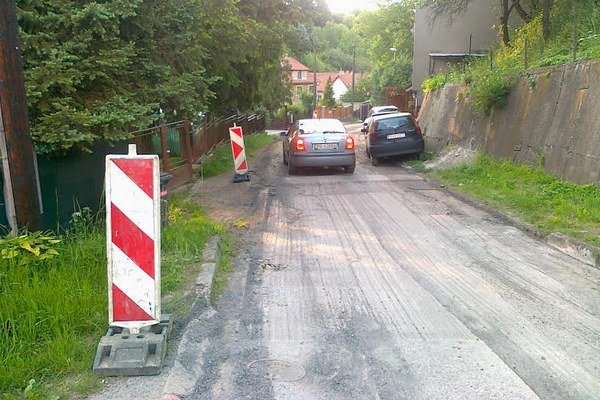 Terchovská ulica. Jeden úsek už vyfrézovala Eurovia, v hornej časti opraví výtlky JVS-ka.