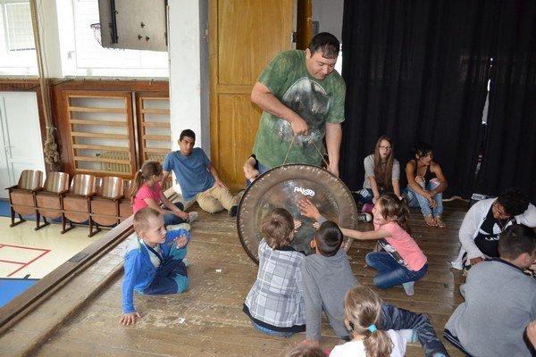 Jedno buchnutie. A deti skúšali vibráciu dlaňou.
